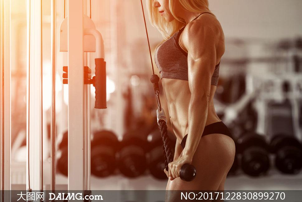 绳索下拉肌肉力量训练美女高清图片