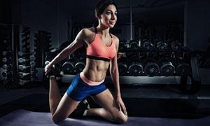 做拉伸热身的运动美女摄影高清图片