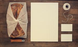 桌面上的纸张与名片等贴图模板素材