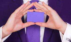 手中的紫颜色卡片特写摄影高清图片