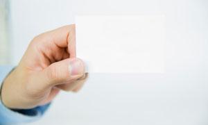 手中空白卡片特写微距摄影高清图片