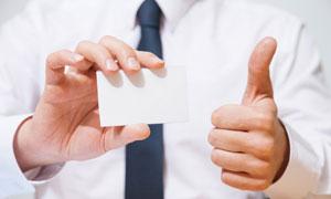 拿着名片并翘大拇指的人物高清图片