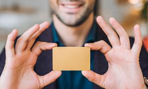 用双手拿着的空白卡片特写高清图片