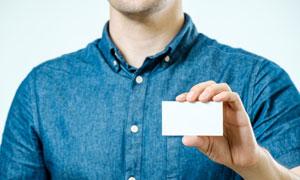 拿在短袖男手中的卡片特写高清图片