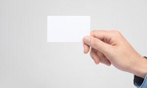 拿着卡片的一只手特写摄影高清图片