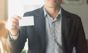 手拿着空白卡片的西装人物高清图片