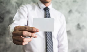拿卡片的衬衫男子人物摄影高清图片