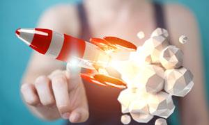 被手触碰到的火箭创意设计高清图片