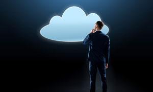 在对着云朵图形思考的男子创意图片