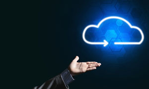 人物手势与带着光效的云朵创意图片