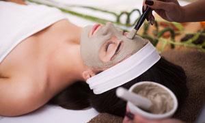 做面部护理的美女人物摄影高清图片