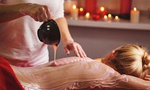 做背部肌肤护理的人物摄影高清图片