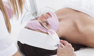 躺着做面部护理的美女摄影高清图片