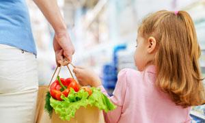 与妈妈一起买菜的女孩摄影高清图片