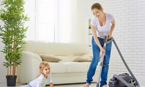 与妈妈一起打扫卫生的小孩高清图片