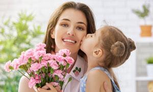 送妈妈一束花的小女孩摄影高清图片