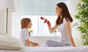在一起互动玩游戏的母女俩高清图片