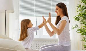 与妈妈玩拍手游戏的小女孩高清图片