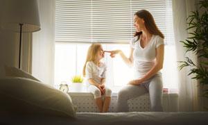 坐在飘窗上的开心母女摄影高清图片