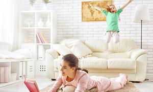 妈妈看书的时候玩耍的儿童高清图片