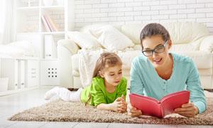 跟妈妈一起看书的儿童摄影高清图片