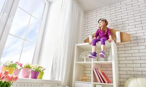 坐在高处的紫衣小女孩摄影高清图片