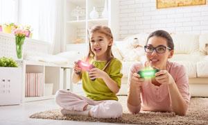 在一起玩游戏的母女俩摄影高清图片