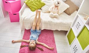 一个人在房间玩耍的小女孩高清图片