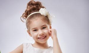 手拿着一束花的小女孩摄影高清图片