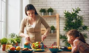 在等着妈妈做饭的女孩摄影高清图片