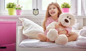 抱着玩具熊的长发女孩摄影高清图片