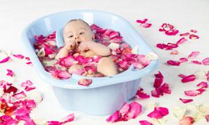 躺在浴缸里的可愛寶寶攝影高清圖片