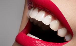 涂口红的嘴唇近景特写摄影高清图片