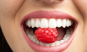 在吃覆盆子的人物嘴唇特写高清图片