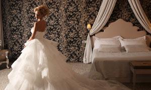 白色蓬蓬拖尾婚纱美女摄影高清图片