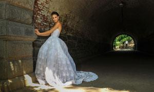 涵洞里拍婚纱照的新娘摄影高清图片
