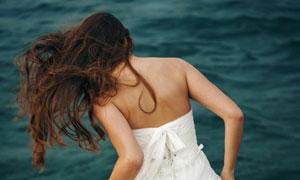 在水边的抹胸婚纱美女背影高清图片