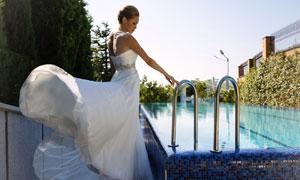 泳池边的新娘人物婚纱摄影高清图片