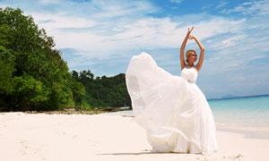 蓝天白云海边婚纱新娘摄影高清图片