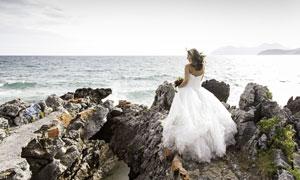 站在大海边的新娘人物摄影高清图片