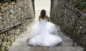 走在台阶上的新娘人物摄影高清图片