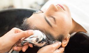 在慢慢洗头的美女人物摄影高清图片