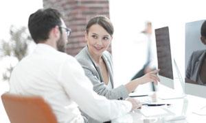 在商量工作事宜的商务男女高清图片