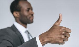翘拇指的黑人员工特写摄影高清图片