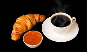 牛角包与正冒着热气的咖啡高清图片