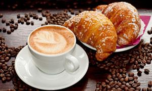 咖啡牛角包与咖啡豆等摄影高清图片