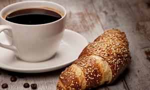 咖啡与撒了芝麻的牛角面包高清图片