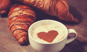 心形咖啡与牛角包特写摄影高清图片