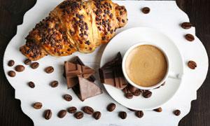 托盘上的咖啡豆与咖啡摄影高清图片
