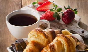 咖啡草莓与牛角包特写摄影高清图片